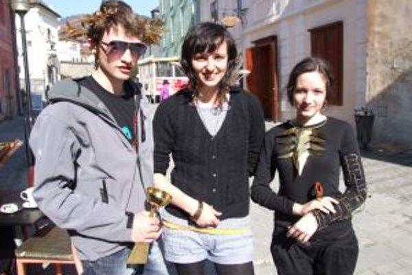 Pútali pozornosť. V uliciach Kremnice študenti predvádzali maturitné práce.