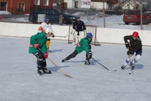 Ľadové ihrisko vo Svätom Antone vybudovali rodičia s deťmi.