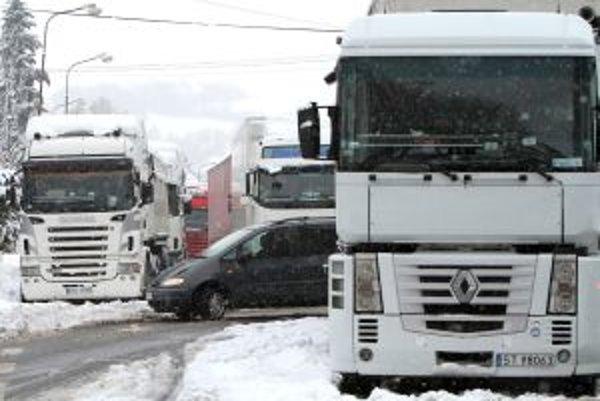 Na ceste sa tvoria kolóny kamiónov.