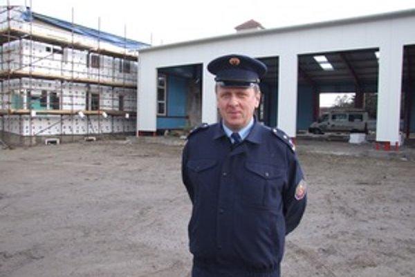 Riaditeľ žiarskych hasičov Ivan Pružina pred rekonštruovanou budovou Hasičského a záchranného zboru v Žiari nad Hronom.
