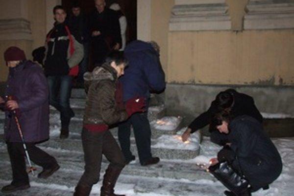 Na pamiatku obetiam holokaustu ľudia zapálili pred Evanjelickým kostolom v Banskej Štiavnici sviečky.