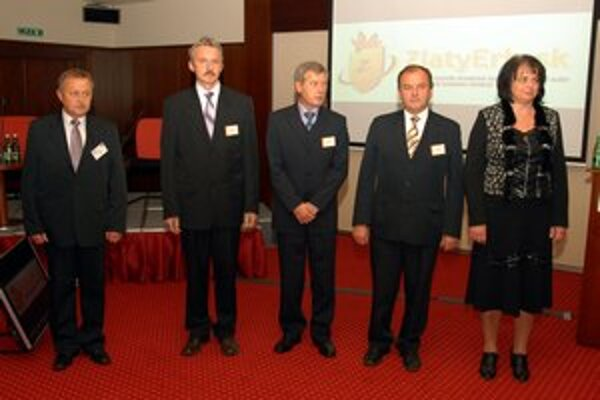 Odovzdávanie cien. Tohtoročné prvenstvo v súťaži ZlatyErb.sk patrí Trnavej Hore. Ocenenie prevzal jej starosta Ján Harman (prvý zľava).