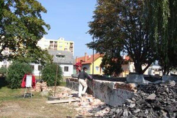 Práce na prestavbe niekdajších verejných WC na cukrárenskú výrobu a cukráreň už začali.
