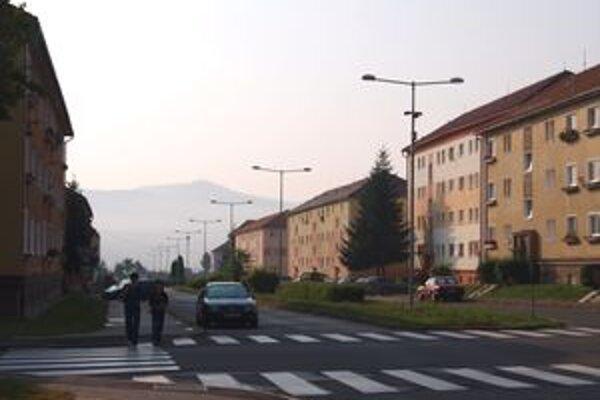 Nové svietidlá. Niektorí z obyvateľov Žiaru sa na ne sťažujú krátko po ich osadení.