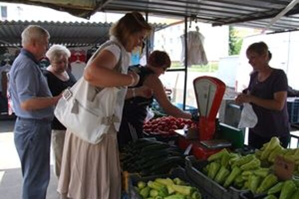 Na žiarskej tržnici. Niektorí ľudia zmenili svoje návyky, iní stabilne dôverujú domácej zelenine.