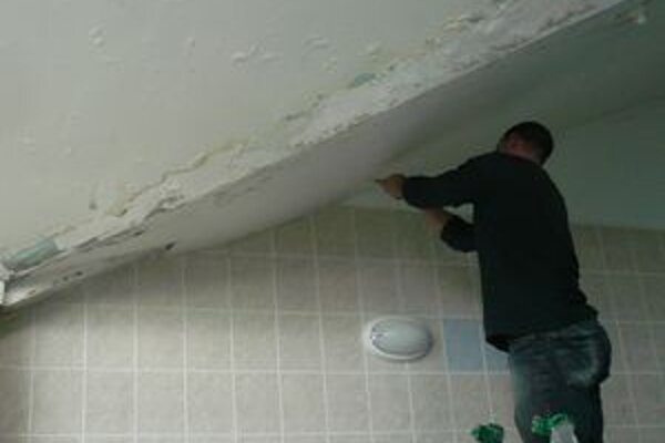Riziku úrazu v dôsledku padania častí stropu má zabrániť ochranná sieť.