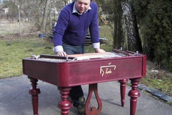 Pavel Škoda. Nedávno dokončil svoj štvrtý cimbal.