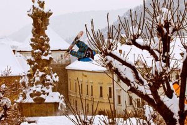 Snowboardisti a freestyloví lyžiari budú jazdiť priamo na historickom námestí.