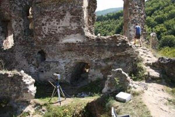 Do úvahy prichádza aj lokalita v blízkosti Šášovského hradu.