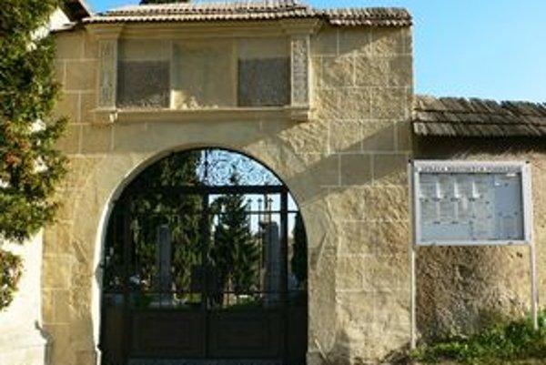 Vstupná brána cintorína na vrchu Frauenberg po zreštaurovaní.