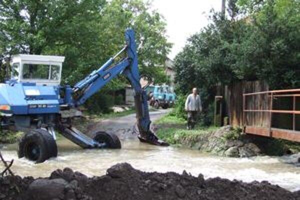 Voda na mnohých potokoch poškodila ich reguláciu.