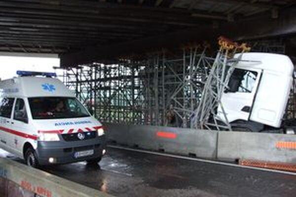 Kamión je stále na mieste nehody. Doprava je odklonená. Popod most môžu prechádzať len sanitky.