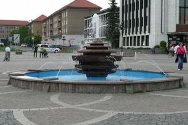 Vedľa betónového námestia vznikne park.