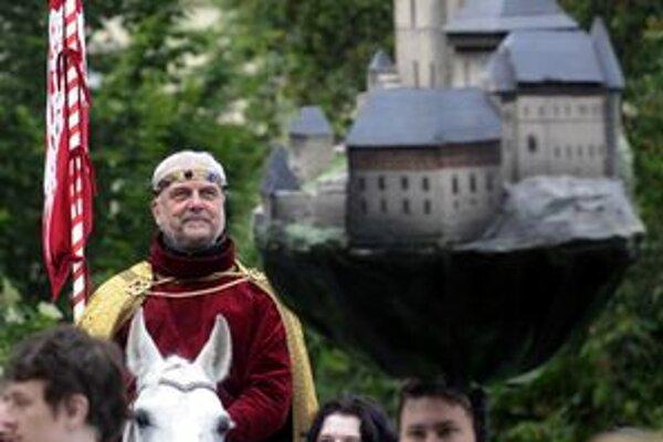 Vladimír Čech má históriu a pamiatky rád. Pri korunovačných slávnostiach stvárnil cisára Karola IV.