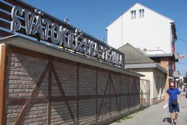 Svätokrížska tržnica je stále prázdna. Problémom sú chýbajúce toalety.
