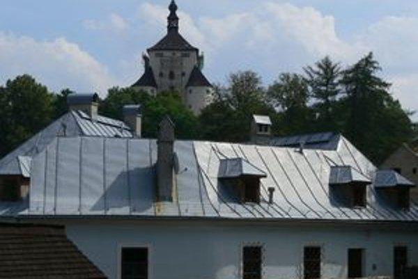 Dominanta Banskej Štiavnice (v pozadí) bude mať novú strechu. Problémom starej bolo zatekanie.