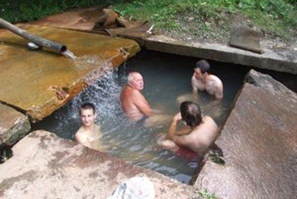V čase nášho príchodu sa v termálnej vode kúpali štyria ľudia.