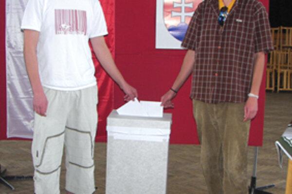 Pri volebnej urne sme zastihli bratov - dvojičky Petra a Pavla Búciových.