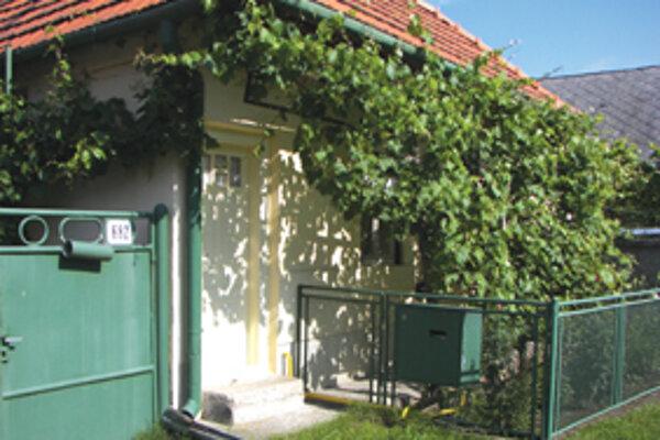 Na dvore tohto domčeka v Tekovskej Breznici sa odohral celý brutálny útok.