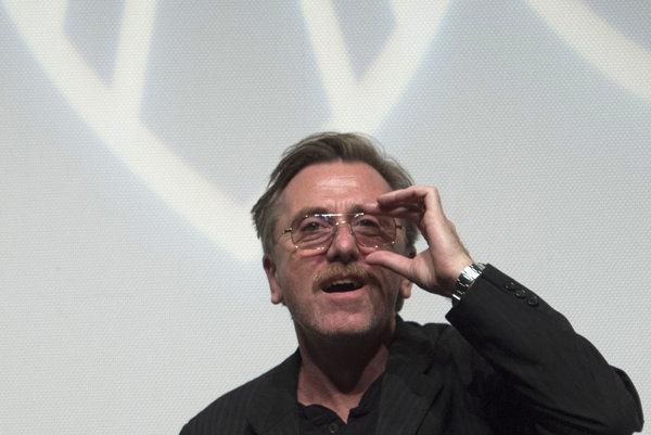 Tim Roth (54) pochádza z Londýna. Hral Vincenta van Gogha vo filme Vincent&Teo, Tarantino ho obsadil do filmov Pulp Fiction, Reservoir Dogs a naposledy aj do westernu Hateful Eight. Nedávno bol v našich kinách ako knieža Rainier z filmu Kňažná z Monaca a prijal aj úlohu dlhoročného šéfa FIFA Seppa Blattera v United Passions. Jeho nový film Chronic sa do našich kín dostal vďaka prehliadke Be2Can.