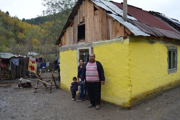 Otec, dcéra a vnuk pred domčekom, ktorý musia odstrániť.