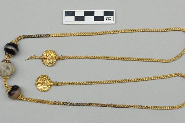 Zlatá reťaz z 3500 rokov starého hrobu gréckeho bojovníka