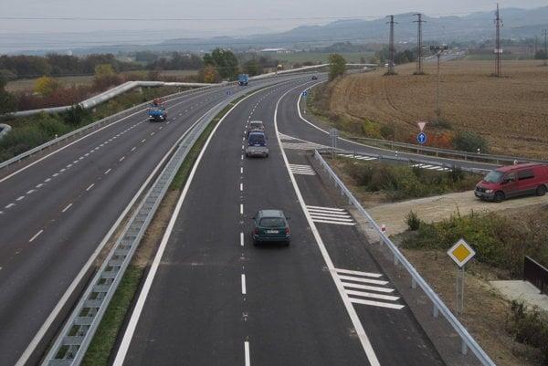 Po štvorprúdovke už idú prvé autá v oboch smeroch.