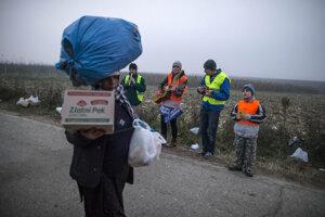 Dobrovoľníci hrajú utečencom cestou na hranice.