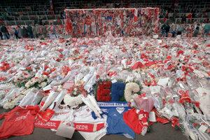 Pozostalí obetí priniesli na Anfield Road v Liverpoole kvetiny na pamiatku tých, ktorí na štadióne Hillsborough zahynuli.