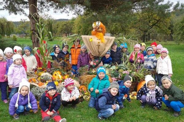 Deti sa odfotili pri svojich jesenných dielach.