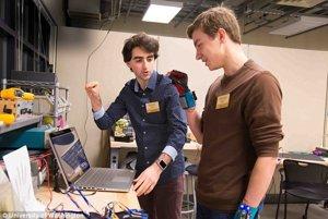 Autori Navid Azodi (naľavo) and Thomas Pryor (napravo) skúšajú svoj vynález SignAloud.