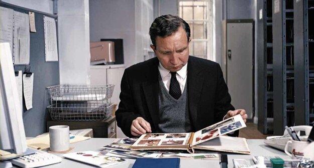 Hlavnú postavu úradníka Johna Maya stvárnil britský herec Eddie Marsan.