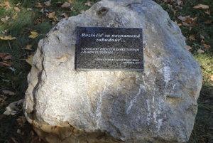 Pamätnú tabuľu osadili v exteriéri školy v Diviakoch nad Nitricou.