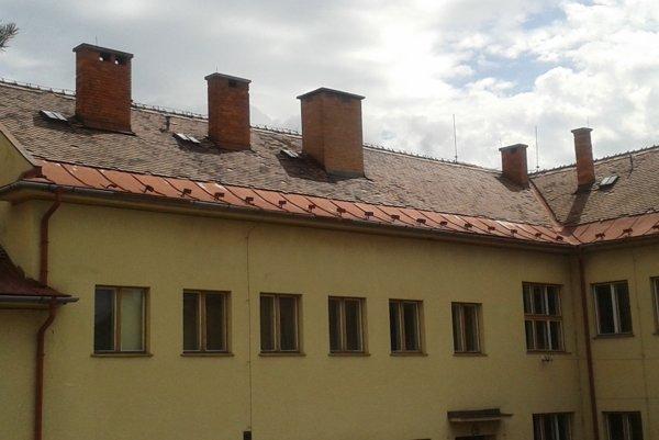 Na šikmej streche základnej školy vymenili škridly za plech.