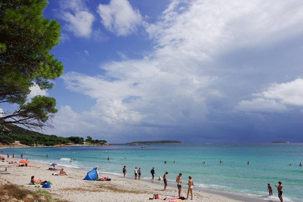 Piesočnaté pláže Korziky v malých zálivoch majú postupný vstup do mora a sú ideálne aj pre rodiny s deťmi.