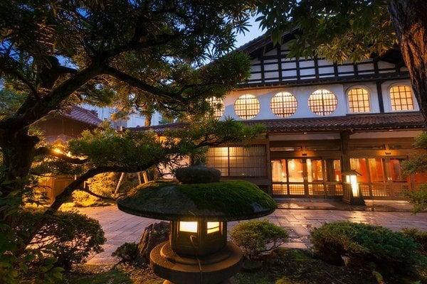 Neďaleko mesta Komatsu na západnom pobreží Japonska sa nachádza hotel zapísaný v Guinnessovej knihe rekordov, od roku 718 ho vlastní a vedie jedna rodina.