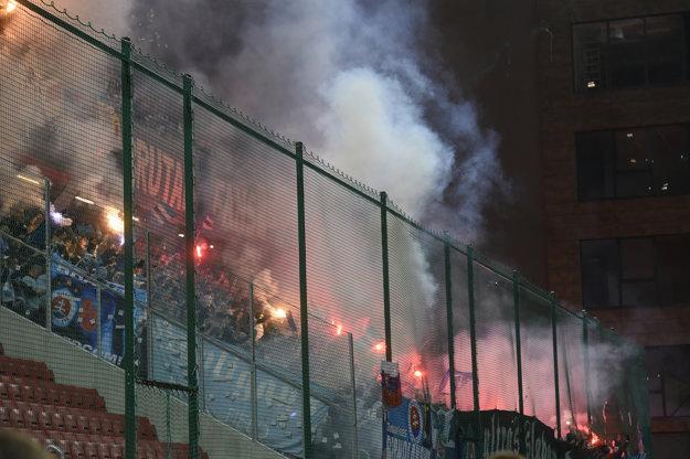 Zápas poznačilo vyčínanie fanúšikov Slovana.