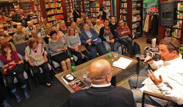 Michal Viewegh stále dokáže naplniť sálu a zaujať publikum. Nebolo to inak ani nedávno v Bratislave.