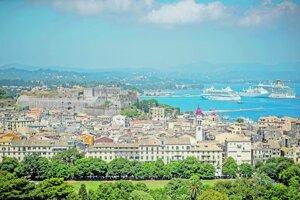 Starobylá časť Korfu (v pozadí) je zapísaná v zozname Svetového kultúrneho dedičstva UNESCO.