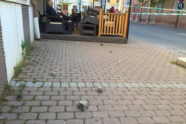 Pri kaviarni v Trnave, kde sa pobili extrémisti, napočítali 37 hodených dlažobných kociek.