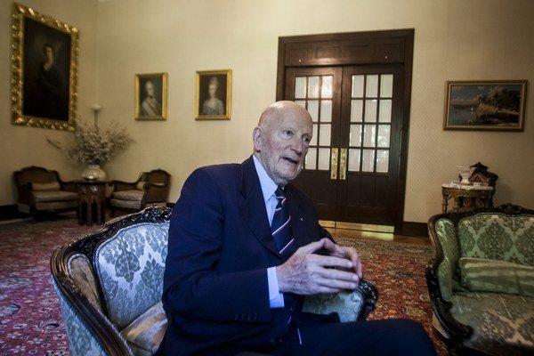 Simeon II., občianskym priezviskom Saxe-Coburg-Gotha, sa stal bulharským kráľom v roku 1943, keď mal šesť rokov. Ako deväťročný musel po zrušení monarchie s rodinou opustiť krajinu, do roku 1996 žil v exile. Po návrate do Bulharska založil stranu,