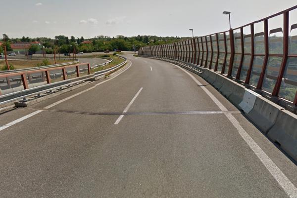 Zjazd z bratislavského obchvatu na Gagarinovu ulicu. Oplatí sa prejsť na pár desiatok metrov do ľavého pruhu, keď sa na konci aj tak zlučujú?