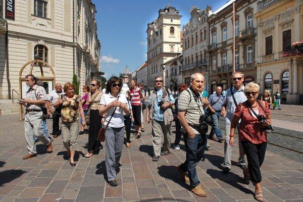 Turisti z Poľska. Objednali si odborný výklad o meste u sprievodcu.