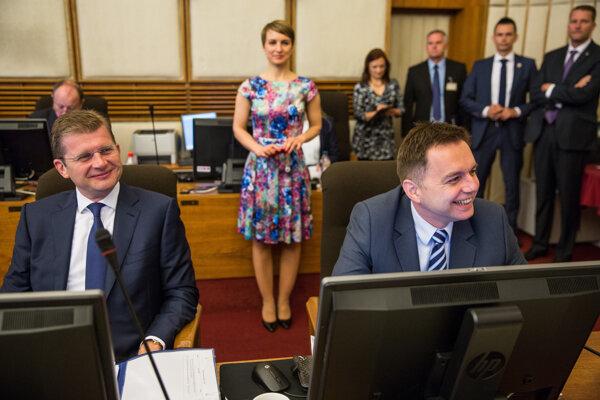Minister hospodárstva Peter Žiga a minister financií Peter Kažimír počas rokovania.