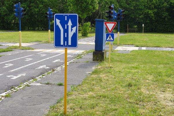 Dopravné ihrisko bude vybudované pri škole vo Veľkých Ludinciach vďaka projektu Zodpovedne na cestách.