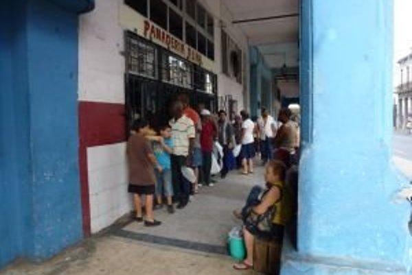 Realita každého dňa. Rady na základné potraviny sú na Kube každých pár metrov.