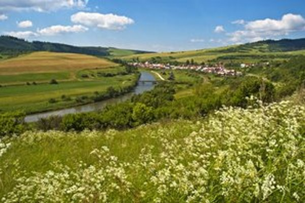 Atraktívnosť krajiny ilustrujú fotografiou obce Nižné Ružbachy.