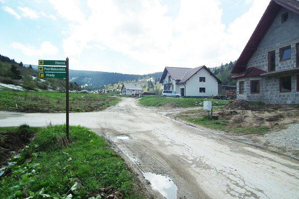 Horný koniec dediny. Ak všetko dobre dopadne, k novým domom pribudnú ďalšie.