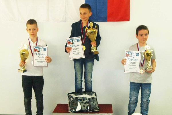 V strede Miroslav Krupa z NŠK Nitra, víťaz kategórie do 10 rokov.