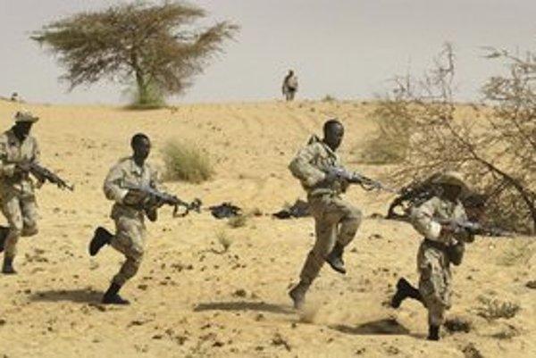 Vojaci vládnucej junty v Mali bojujú proti Tuarégom.
